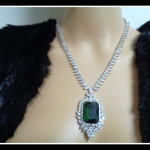 Stunning and sophisticated emerald necklece